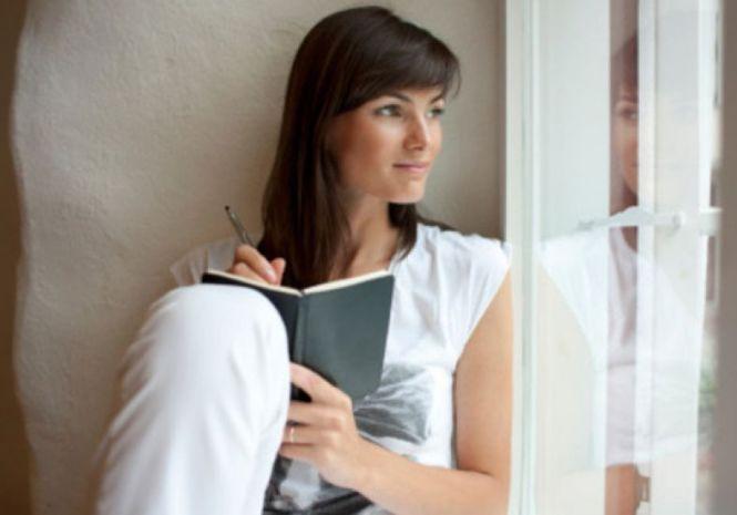 mulher-agenda-escrevendo-olhando-64523